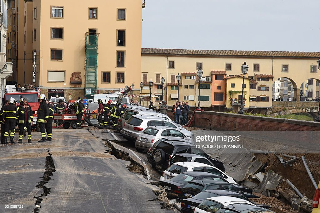 TOPSHOT-ITALY-DISASTER-FLORENCE-COLLAPSING : News Photo