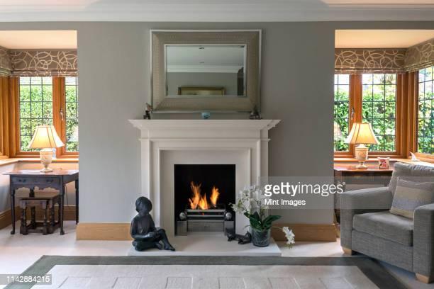 fireplace and armchair living room - consolo de lareira - fotografias e filmes do acervo