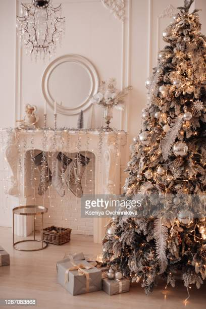 fireplace and christmas tree with presents in living room - public celebratory event stock pictures, royalty-free photos & images