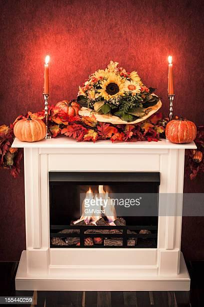Chimenea con decoración de otoño