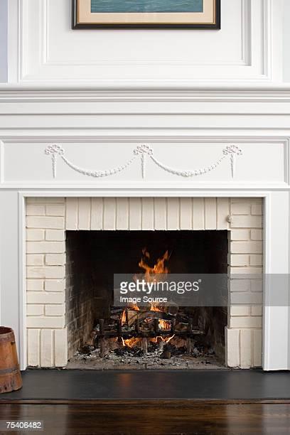 lareira com chamas de fogo - consolo de lareira - fotografias e filmes do acervo