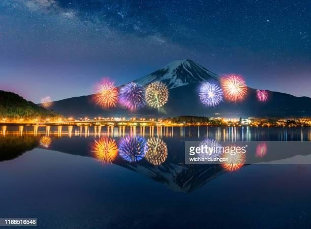 firework at lake kawaguchiko with mt. fuji as background - フェス ストックフォトと画像