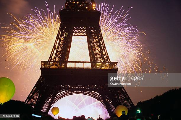 fireworks at the eiffel tower - bastille day stock pictures, royalty-free photos & images