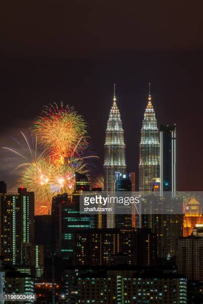 fireworks explode near malaysia's landmark petronas twin towers during new year 2020 celebrations - shaifulzamri stockfoto's en -beelden