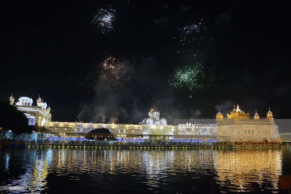 TOPSHOT-INDIA-RELIGION-HINDU-DIWALI : News Photo