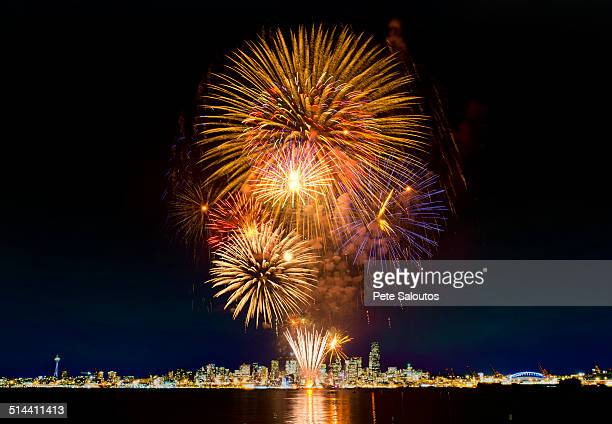 fireworks exploding over seattle city skyline, washington, united states - independence day stock pictures, royalty-free photos & images