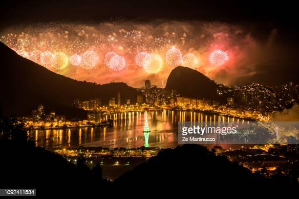 fireworks in copacabana - copacabana rio de janeiro stock-fotos und bilder