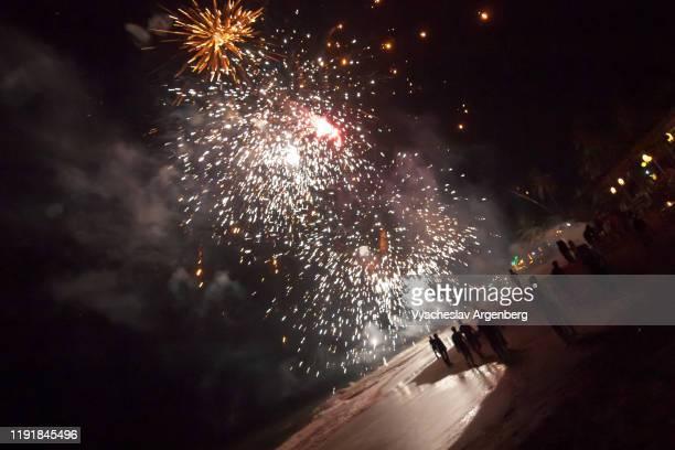 fireworks in the sky, night party at anjuna beach, goa - argenberg fotografías e imágenes de stock
