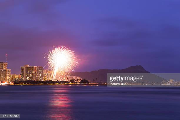 fireworks over waikiki, honolulu, hawaii - waikiki stock pictures, royalty-free photos & images