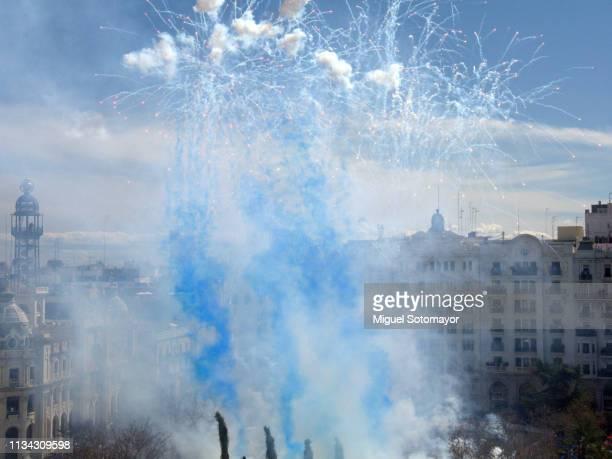 """fireworks show """" mascleta """" in valencia - mascleta fotografías e imágenes de stock"""