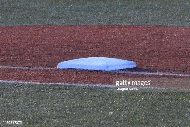 first base on a baseball diamond - スポーツ ホームベース ストックフォトと画像