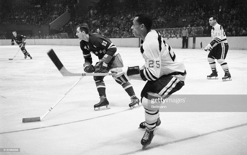 Willie O'Ree Playing Hockey : News Photo