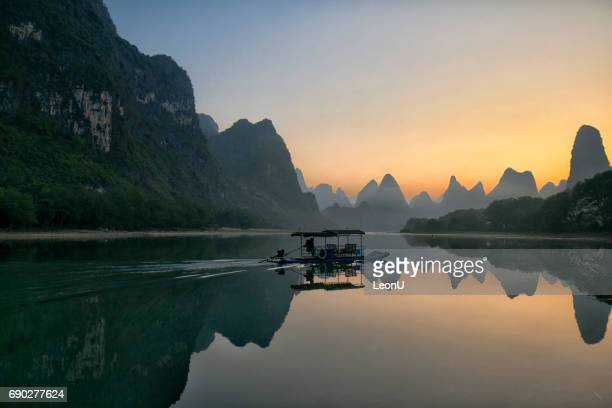 Erstes Boot am Li-Fluss im Morgengrauen, Guilin, China