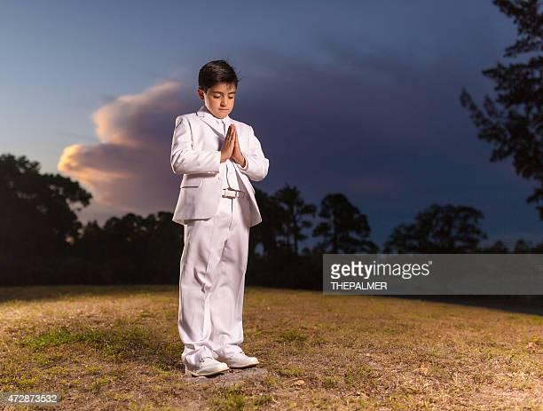 Ragazzo pregare prima Comunione