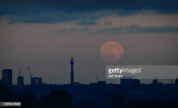 First full moon of the decade: Wolf moon, rises over London - seen from Richmond Park, UK, England on the 10th January 2020. Skywatchers have been...