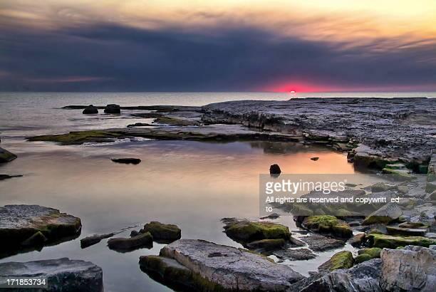 first glimpse of sun rising over lake michigan - ウィスコンシン州シボイガン ストックフォトと画像
