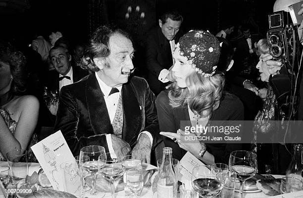 First In Lido Of The Revue 'bonjour La Nuit' Paris 16 décembre 1971 A l'occasion du 25ème anniversaire du cabaret le LIDO reportage sur la soirée le...