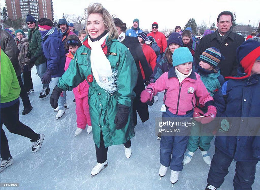 US First Lady Hillary Clinton skates on the Rideau : News Photo