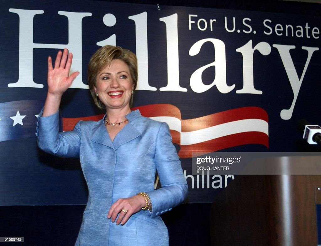 US First Lady Hillary Clinton waves to reporters as she leaves a press conference in New York 08 November, 2000. Clinton defeated Republican Congressman Rick Lazio to win the US Senate seat for New York in the 07 November general elections. AFP PHOTO Doug KANTER