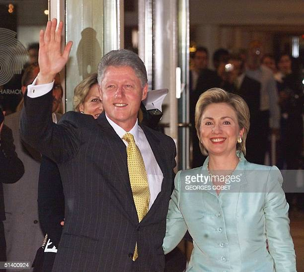 First Lady Hillary Rodham Clinton and President Bill Clinton greet bystanders entering the Cologne Philarmonic orchestra 19 June 1999 to join other...