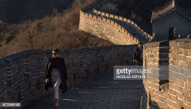 US First Lady Melania Trump walks on the Great Wall of China on the outskirts of Beijing on November 10 2017 / AFP PHOTO / Nicolas ASFOURI