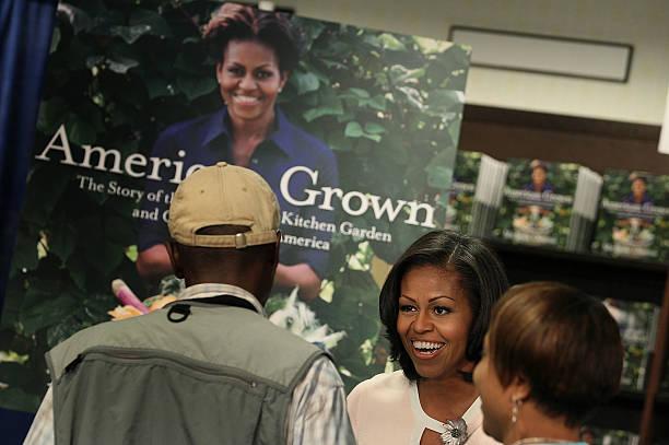 Photos Et Images De Michelle Obama Signs Copies Of Her Book