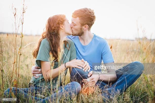 Premier amour: Jeune couple embrasser dans la Prairie
