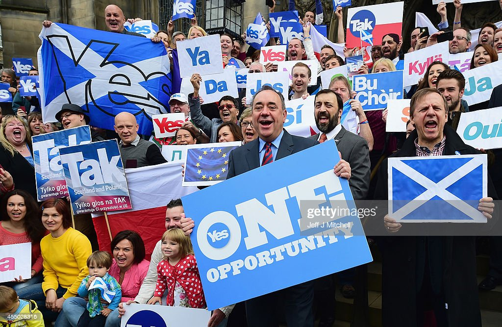 Yes And No Campaigns Take To The Streets Of Edinburgh And Glasgow : News Photo