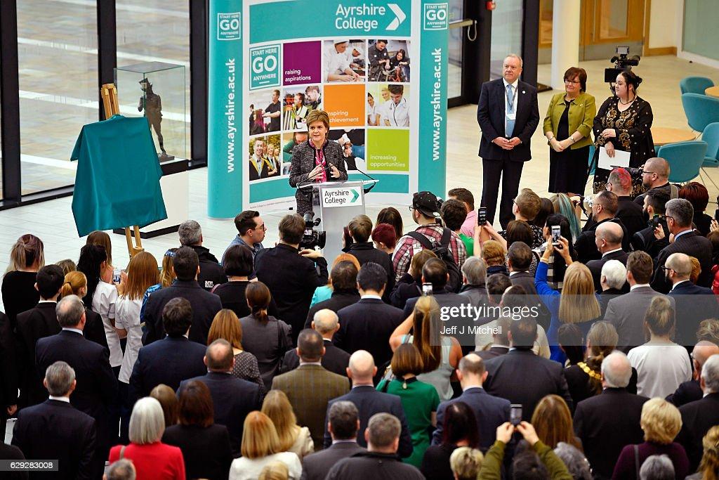 Nicola Sturgeon Opens Re-vamped Ayrshire College : Nachrichtenfoto