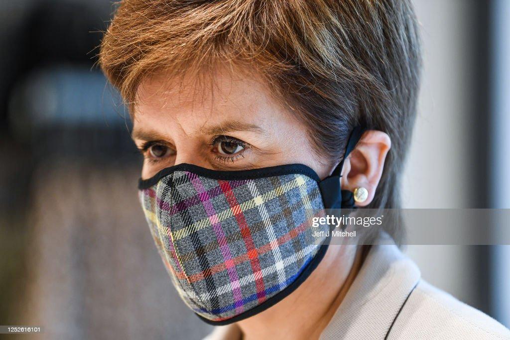 Nicola Sturgeon Visits New Look Ahead Of Lockdown Reopening : ニュース写真