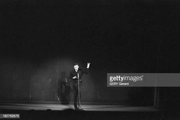 First Of The Recital Of Yves Montand En octobre 1958 à Paris au théâtre de l'étoile lors de la première de son récital le chanteur et acteur français...
