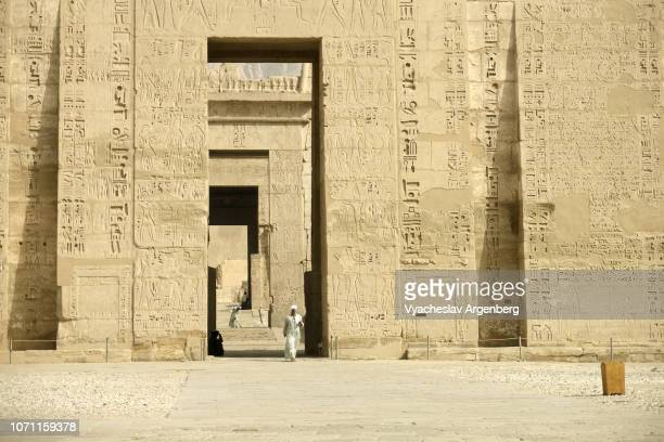first pylon of the mortuary temple of ramesses iii, egypt - tomb of ramses iii stock pictures, royalty-free photos & images