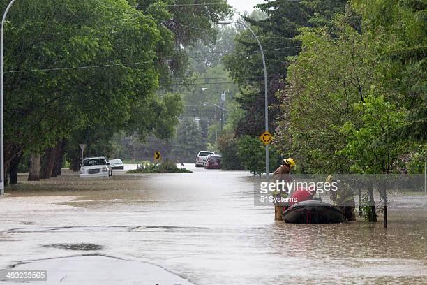 Premier Responders exécuter la recherche de victimes des inondations