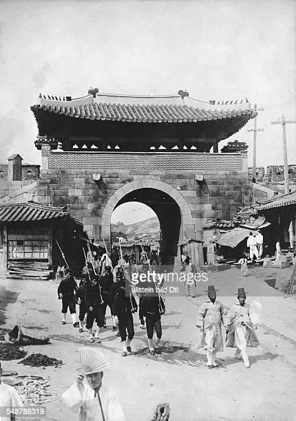 First SinoJapanese War 1894/95 Japanese infantry patrol in a Korean city autumn 1894 Vintage property of ullstein bild