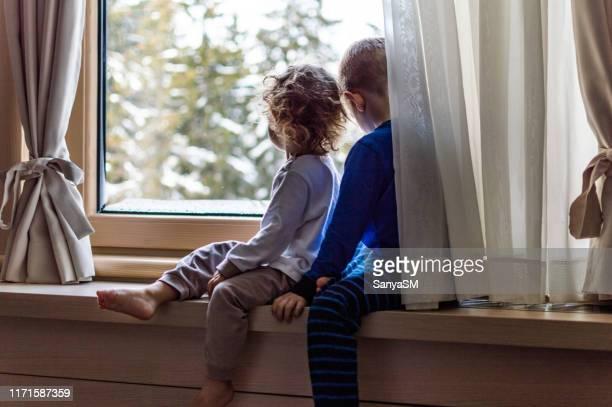 eerste sneeuw - alleen kinderen stockfoto's en -beelden