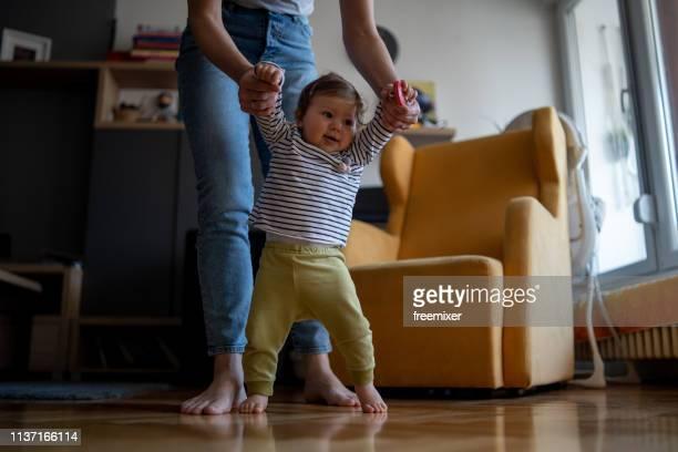 bebê dos primeiros passos - primeiros passos - fotografias e filmes do acervo