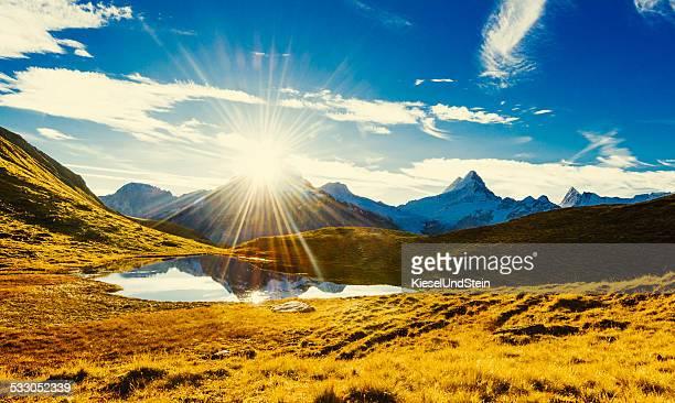 Ersten Sonnenlicht in den Schweizer Bergen (im Herbst)
