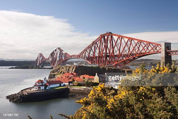 firth of forth rail bridge in edinburgh scotland - edinburgh schotland stockfoto's en -beelden