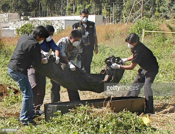Fiscales del Ministerio Publico exhuman el 08 de diciembre de 2004 el supuesto cadaver del coronel Jose Raul Cerna en el cementerio la verbena al sur...