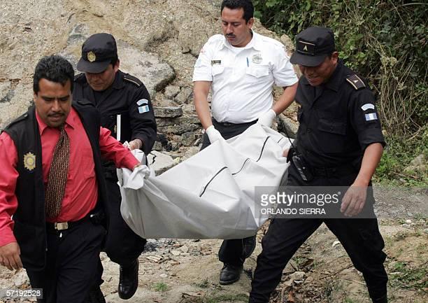 Fiscales del Ministerio Publico y agentes de la Policia Nacional Civil cargan el cadaver de un estudiante de 11 anos de edad ejecutado a balazos en...