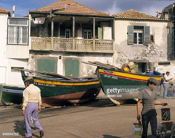 Fischer und ihre Boote in einer Bucht bei Funchal ohne Jahr