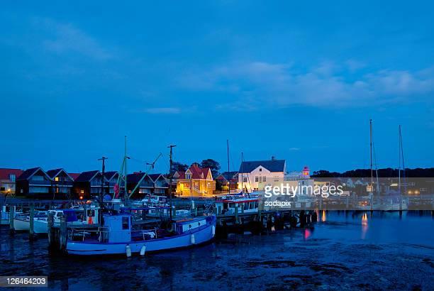 fischereihafen in der nacht, lohals, daenemark - nacht stock pictures, royalty-free photos & images