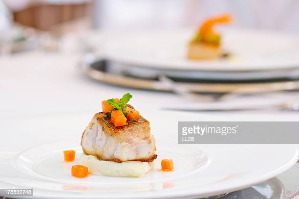 Plat de poisson avec de la purée de pommes de terre