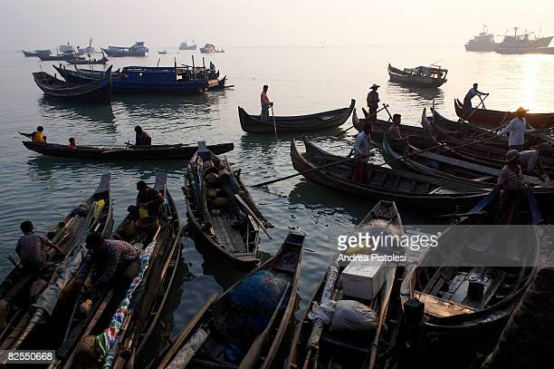 fish market at sittwe port, myanmar - sittwe stock pictures, royalty-free photos & images