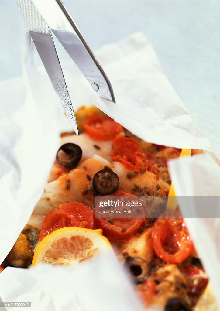 Fish, olives and tomatoes in cooking paper : Stockfoto