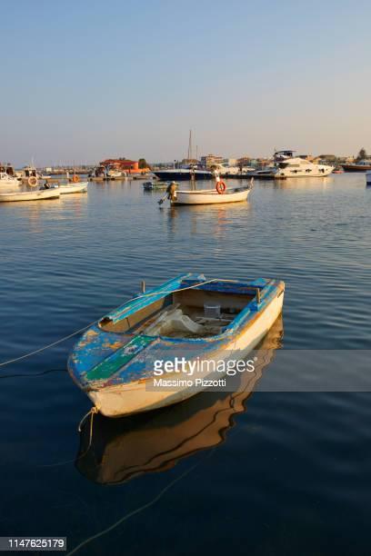 fisherman boat in the little port of marzamemi, sicily - massimo pizzotti foto e immagini stock