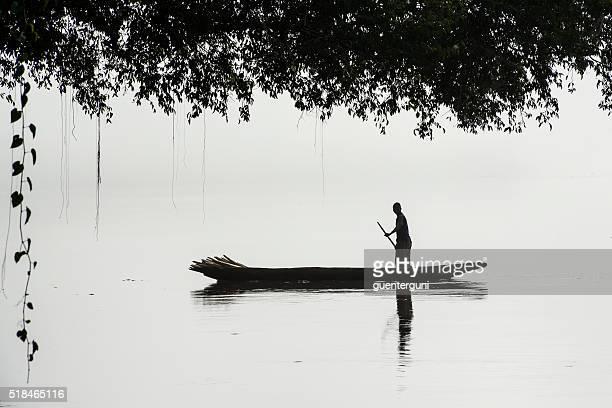 漁師を取り揃え、霧のコンゴ川