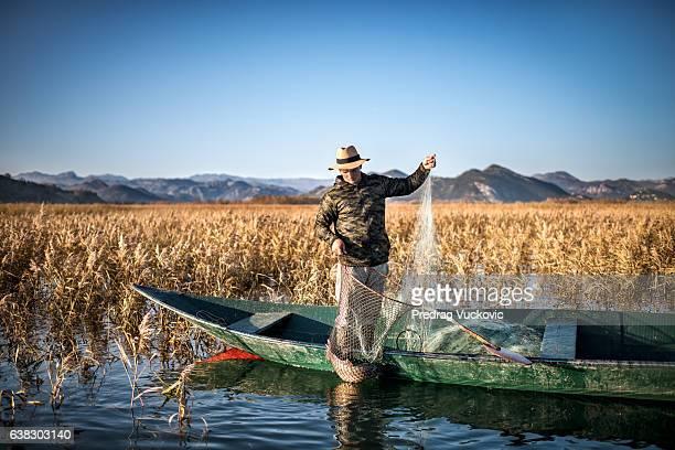 un pêcheur sur le bateau - montenegro photos et images de collection