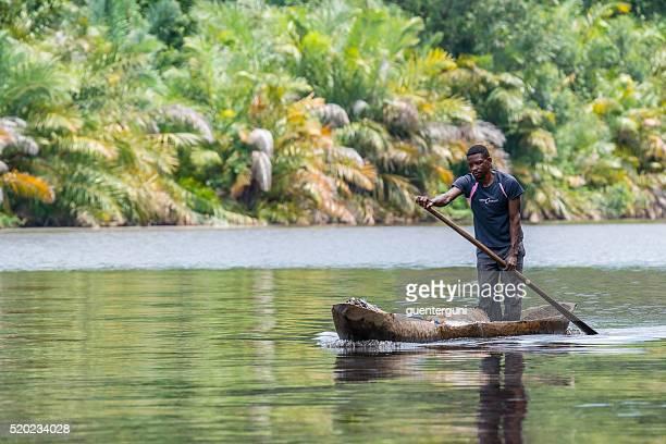 Un pêcheur sur la Mangrove sur le fleuve Congo