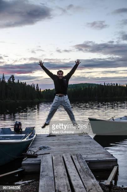 fischer auf dem see springen dock auf den sonnenuntergang über dem see. - x art stock-fotos und bilder